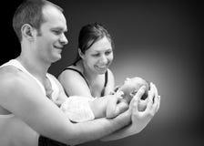 Pasgeboren babyjongen op de hand van de vader en van de moeder Royalty-vrije Stock Afbeeldingen