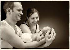 Pasgeboren babyjongen op de hand van de vader en van de moeder Royalty-vrije Stock Foto