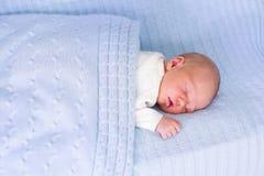 Pasgeboren babyjongen op een blauwe deken Royalty-vrije Stock Foto