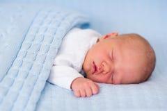 Pasgeboren babyjongen op een blauwe deken Stock Foto's