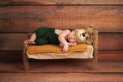 Pasgeboren Babyjongen in Teddy Bear Costume Stock Foto's