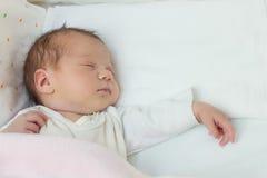 Pasgeboren babymeisje stock foto