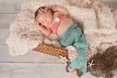 Pasgeboren Babymeisje in een Meerminkostuum stock afbeeldingen
