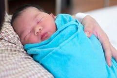 Pasgeboren babymeisje en moeder stock afbeelding
