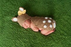 Pasgeboren Babymeisje in het Kostuum van Fawn/van Herten Stock Afbeelding