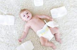 Pasgeboren babymeisje met luiers Droog huid en kinderdagverblijf royalty-vrije stock foto