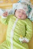 Pasgeboren babymeisje in slaap op een deken. Stock Foto