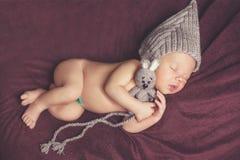 Pasgeboren babymeisje, in slaap op een deken stock fotografie