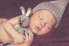 Pasgeboren babymeisje, in slaap op een deken stock afbeelding