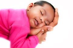 Pasgeboren babymeisje vreedzaam en in slaap in handen Stock Foto