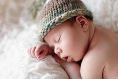 Pasgeboren babyslaap Stock Afbeeldingen