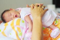 Pasgeboren babyslaap Stock Foto