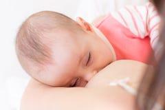 Pasgeboren babyslaap in Aanbiddelijk de zuigelingsjong geitje van de moederborst Kind en mammanabijheid royalty-vrije stock fotografie