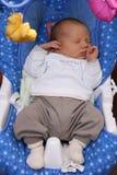 Pasgeboren babyslaap in babyschommeling Royalty-vrije Stock Afbeeldingen