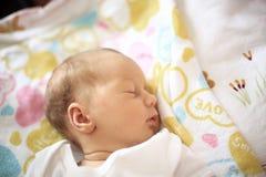Pasgeboren babyslaap in de voederbak op een deken royalty-vrije stock afbeeldingen