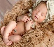 Pasgeboren babyslaap op pluizige deken Royalty-vrije Stock Foto's