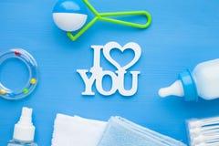 Pasgeboren babyverhaal Handdoeken en het speelgoed van kinderen, schaar, zuigfles, uitsteeksel, haarborstel op blauwe achtergrond royalty-vrije stock foto's