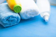 Pasgeboren babyverhaal Handdoeken en het speelgoed van kinderen, schaar, zuigfles, uitsteeksel, haarborstel op blauwe achtergrond royalty-vrije stock fotografie