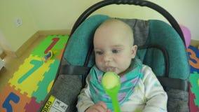 Pasgeboren babyvoer met lepel en aardappelbrij daarin 4K stock videobeelden