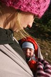 Pasgeboren bewonderen van de moeder Stock Afbeeldingen