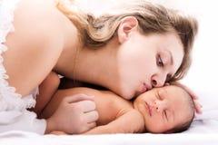 Pasgeboren en moeder Stock Fotografie