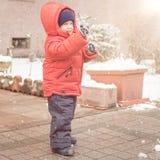 Pasgeboren glimlachen cheerfully terwijl sneeuw Royalty-vrije Stock Fotografie