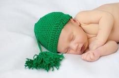 Pasgeboren in groene gebreide hoed Royalty-vrije Stock Afbeeldingen