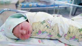 Pasgeboren in het moederschapsziekenhuis royalty-vrije stock afbeelding