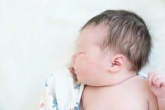 Pasgeboren het portretslaap van de zuigelingsbaby in eerste dag van het leven Royalty-vrije Stock Foto