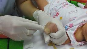 Pasgeboren Intraveneuze injectie stock videobeelden