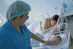 Pasgeboren kind en jonge moeder in het moederschapsziekenhuis Stock Foto's