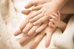 Pasgeboren kindhand Close-up van babyhand in oudershanden Familie, moederschaps en geboorteconcept royalty-vrije stock afbeeldingen