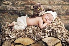 Pasgeboren kindslaap op het houten bed stock foto's