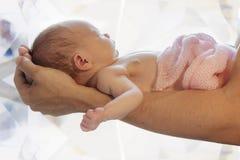 Pasgeboren leugens op voorarm Stock Foto