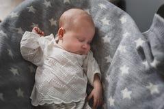 Pasgeboren leuke babyslaap royalty-vrije stock afbeelding
