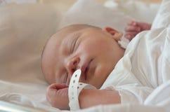 Pasgeboren ligt in een wieg in het ziekenhuis Royalty-vrije Stock Fotografie