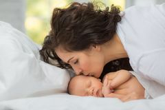 Pasgeboren mamma` s liefde royalty-vrije stock foto's