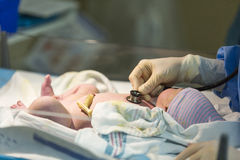 Pasgeboren mannelijke baby die met stethoscoop worden gecontroleerd stock afbeelding
