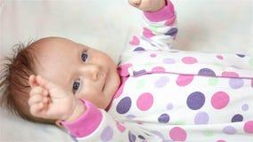 Pasgeboren meisje die op het blad liggen stock footage