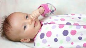 Pasgeboren meisje die op het blad liggen stock video