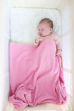 Pasgeboren meisjesslaap in reisvoederbak Royalty-vrije Stock Fotografie