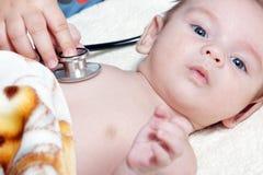 Pasgeboren met stethoscoop Royalty-vrije Stock Fotografie