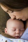 Pasgeboren moeder en slaap Stock Foto's