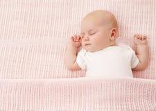 Pasgeboren Nieuwe Babyslaap, - de geboren Slaap van het Jong geitjemeisje op Roze royalty-vrije stock afbeeldingen