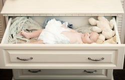 Pasgeboren peuter met blauwe omringde ogen en ernstig gezicht stock afbeeldingen