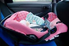 Pasgeboren slaap in autozetel Het concept van de veiligheid Het meisje van de zuigelingsbaby beveilig het drijven met kinderen De stock fotografie