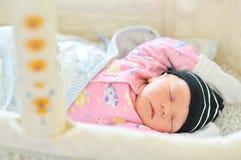 Pasgeboren slaap in de voederbak Stock Afbeeldingen