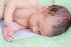 Pasgeboren slaap op groene deken Royalty-vrije Stock Foto