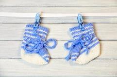Pasgeboren sokken die op de draad hangen Royalty-vrije Stock Afbeeldingen