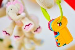 Pasgeboren stuk speelgoed sleutel op voederbak royalty-vrije stock foto